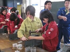 大学院女子学生が活躍(真ん中の黄色い作業服の学生)