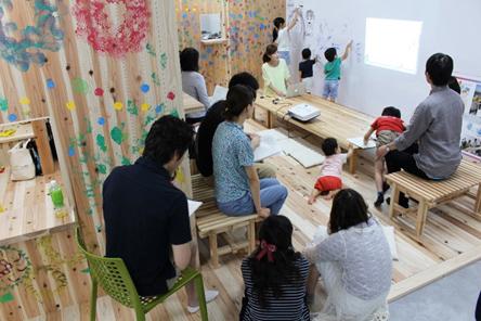 コワーキングスペースで過ごす教職員と子どもたち